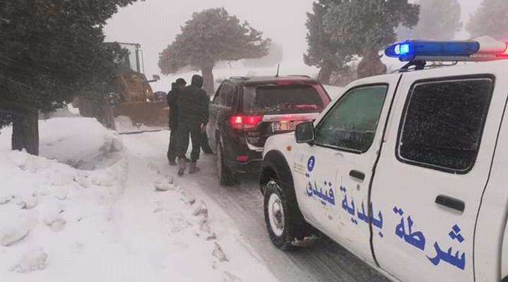 انقاذ 4 اشخاص احتجزتهم الثلوج داخل سيارتهم في البويدرات جرد فنيدق