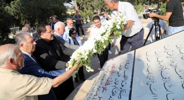 صيدم يضع اكليلا من الورد على النصب التذكاري لضحايا الثورة الفلسطينية