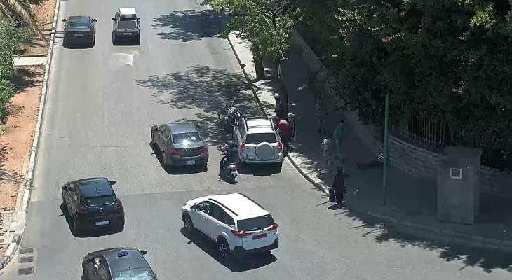 جريح نتيجة تصادم بين مركبة ودراجة نارية على مستديرة العدلية