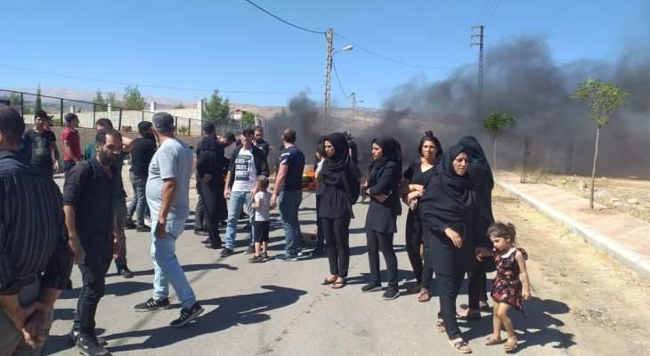 النشرة: قطع طريق شعت - نبحا بالاطارات المشتعلة احتجاجاً على سرقة بطارية سيارة في البلدة
