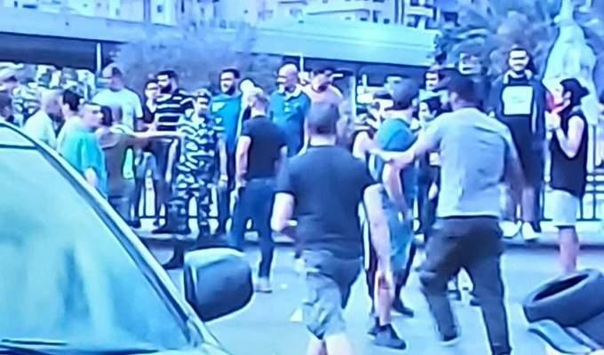 اشكال بين المتظاهرين وقاض حاول المرور في منطقة فرن الشباك