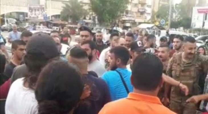 محتجون قطعوا الطريق عند ساحة عبد الحميد كرامي