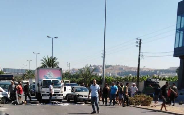 النشرة: محتجون بصيدا قطعوا الطريق عند الأوتستراد الشرقي لجهة الحسبة