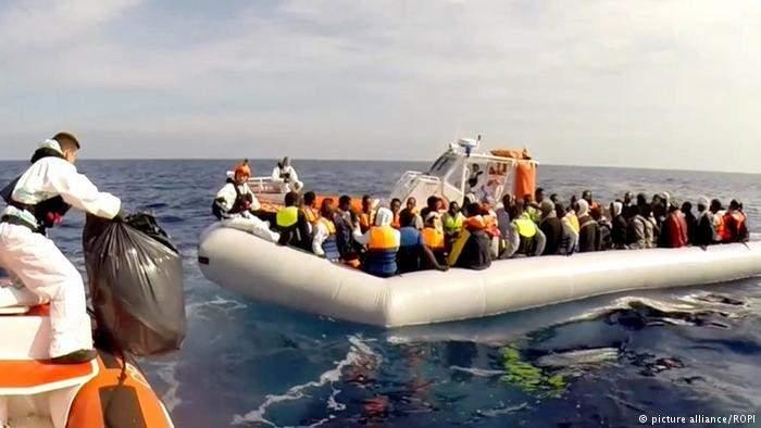 """إنقاذ سفينة """"اوشن فايكينغ"""" أكثر من 80 مهاجراً قبالة السواحل الليبية"""
