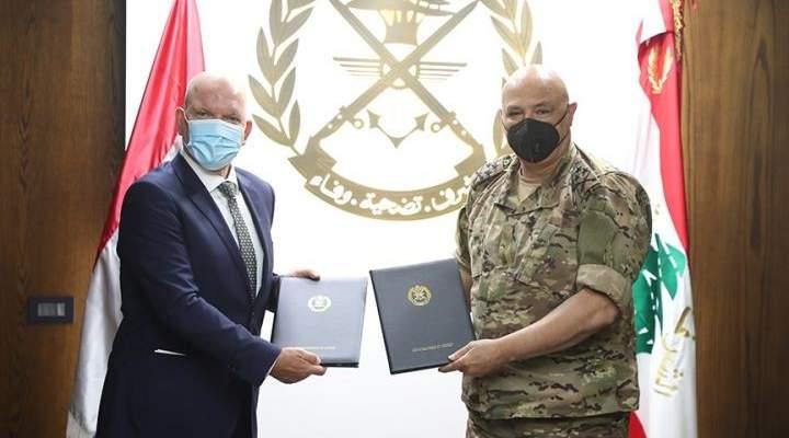 قائد الجيش السفير الهولندي في لبنان وقعا على تجديد اتفاقية دعم مديرية التعاون العسكري