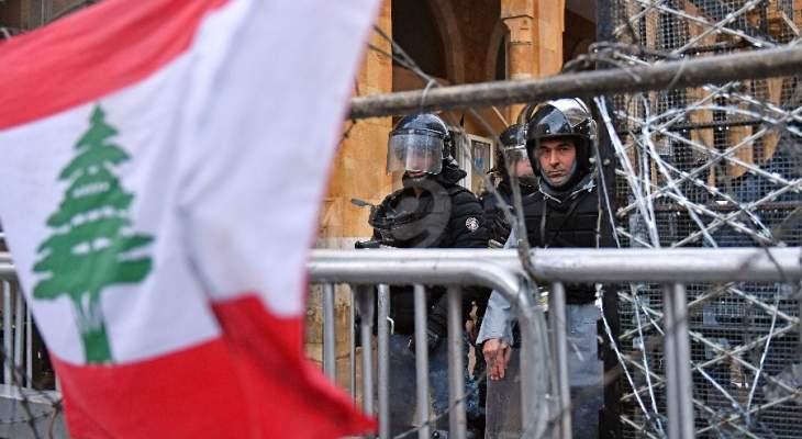 قوى الامن تطلق خراطيم المياه باتجاه المتظاهرين في وسط بيروت
