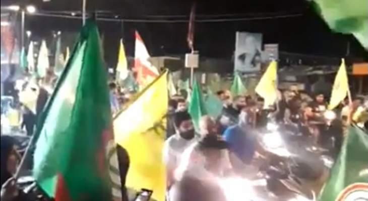مسيرات سيارة تحمل اعلام امل وحزب الله مؤيدة لرئيس مجلس النواب في مدينة صور