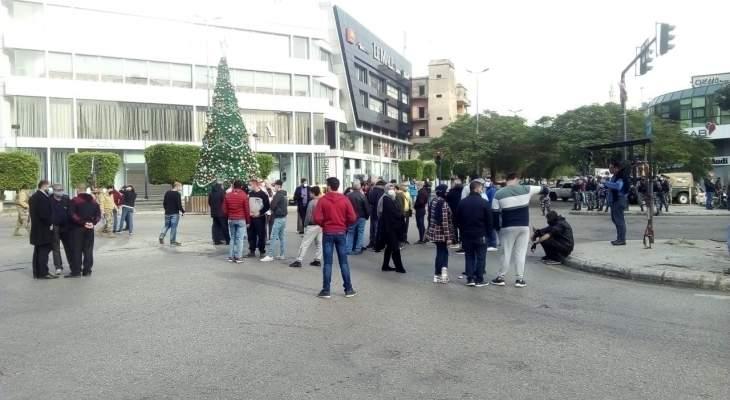 النشرة: تجمع ناشطين من حراك صيدا عند تقاطع إيليا رفضا للإقفال العام