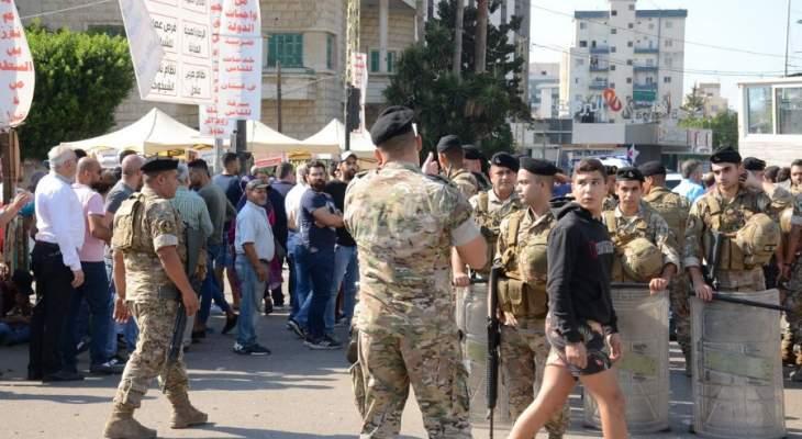 النشرة: اعتصام امام مصرف لبنان في صيدا ومنع الموظفين من الالتحاق بأعمالهم