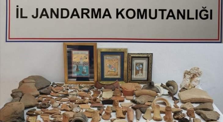 الأمن التركي ضبط 274 قطعة أثرية في أنطاليا وأوقف مشتبهَين بتهريبها