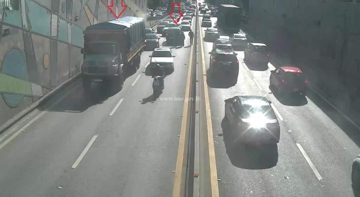 التحكم المروري: تصادم بين شاحنة ومركبة اول نفق سليم سلام باتجاه بيروت