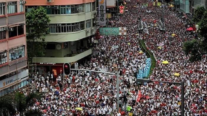 فرانس برس: المحتجون بنهون احتلالهم للطريق السريع قرب مقر برلمان هونغ كونغ
