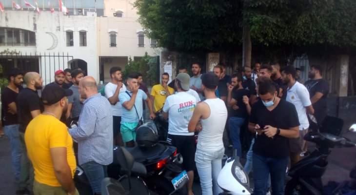 النشرة: وقفة احتجاجية لأصحاب الدراجات النارية في صيدا للمطالبة بإلغاء قرار منعهم من التنقل