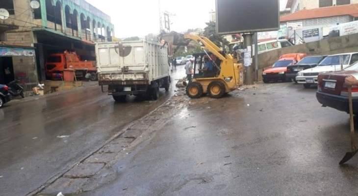بلديات الضنية باشرت برفع أضرار السيول من الطرقات وعزلت قنوات تصريف مياه الأمطار