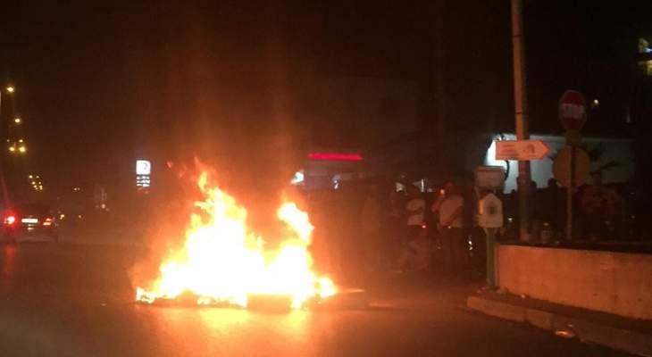 محتجون يقطعون الطريق الدولية عند مستديرة عاليه وعند كوع الكحالة بالاطارات المشتعلة