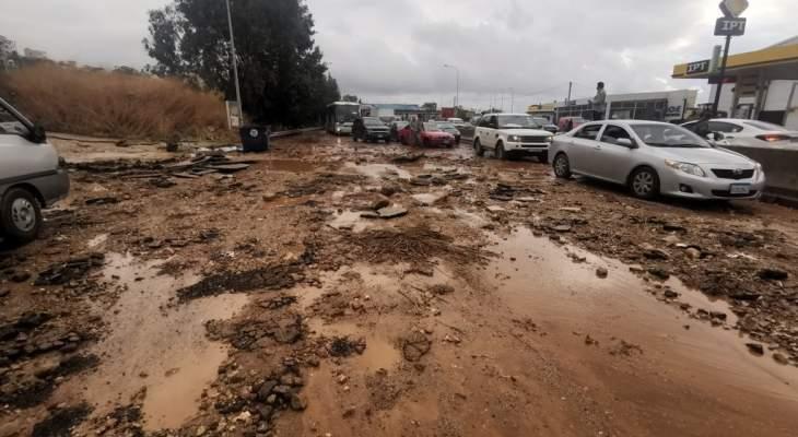 التحكم المروري: معالجة تجمع المياه من قبل فريق وزارة الأشغال على أوتوستراد خلدة باتجاه الناعمة