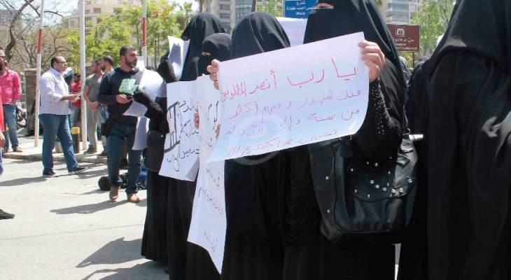 اهالي الموقوفين الإسلاميين قطعوا الطريق أمام سرايا طرابلس للمطالبة بالإفراج عن أبنائهم