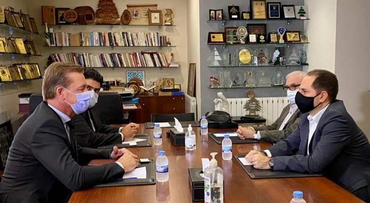"""رئيس """"الكتائب"""" بحث مع سفير سلوفاكيا بآخر المستجدات والعلاقات بين البلدين"""