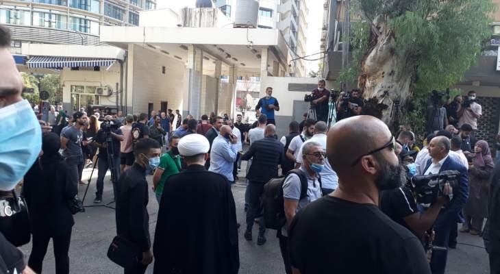 بدء تجمع انصار حزب الله وحركة امل امام قصر العدل رفضا لقرار القاضي بيطار