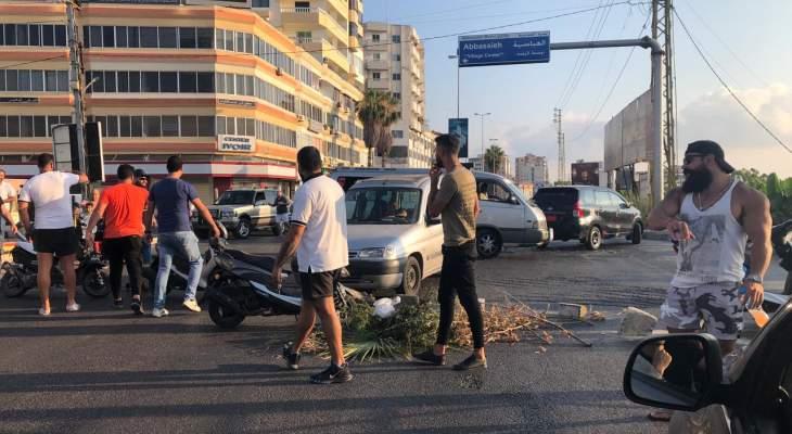قطع طريق عام صور-صيدا عند دوار العباسية احتجاجاً على تردي الاوضاع المعيشية
