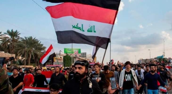 متظاهرون عراقيون يحاولون إسقاط الكتل الخرسانية والتوجه للمنطقة الخضراء