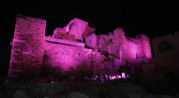 اضاءة قلعة جبيل باللون الزهري  التوعية  من سرطان الثّدي