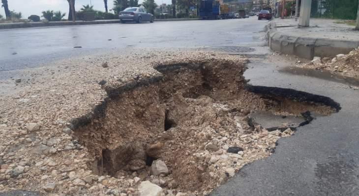 النشرة: انخساف جانب من الطريق البحرية بالقرب من المدينة الصناعية بصيدا بسبب الأمطار الغزيرة