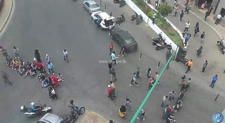القوى الامنية تعيد فتح الطريق أمام وزارة التربية بعد قطعها من قبل بعض الطلاب