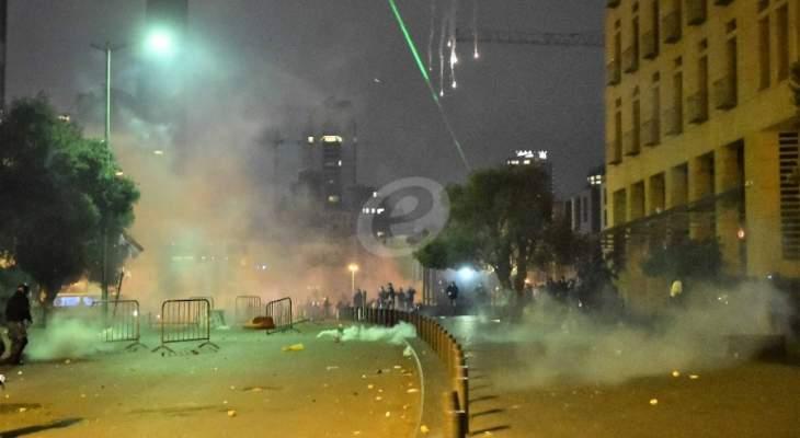 القوى الأمنية تستخدم المياه لإبعاد المتظاهرين الذين كانوا يعتدون على عناصرها