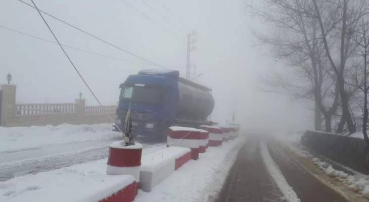 الدفاع المدني: انقاذ شاحنة إحتجزتها القلوج على طريق ترشيش - زحلة