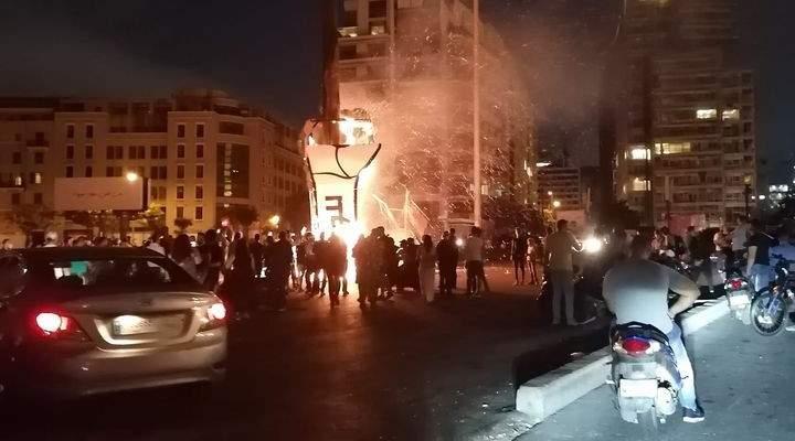 """مناصرو تيار المستقبل احرقوا شعار """"قبضة الثورة"""" في وسط بيروت"""