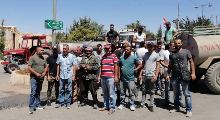 أصحاب صهاريح المياه قطعوا الطريق في بعلبك للمطالبة بتأمين المازوت