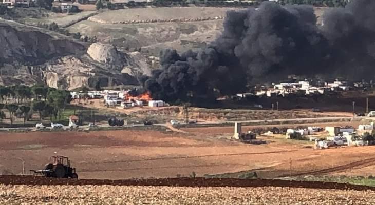 النشرة: حريق ضخم شبّ في مخيم للنازحين السوريين بمرج الخوخ في خراج إبل السقي