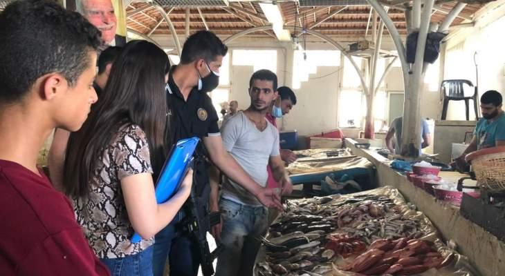 النشرة: مراقبو مصلحة الاقتصاد أكدوا خلو سوق السمك في صيدا من الأسماك النالفقة