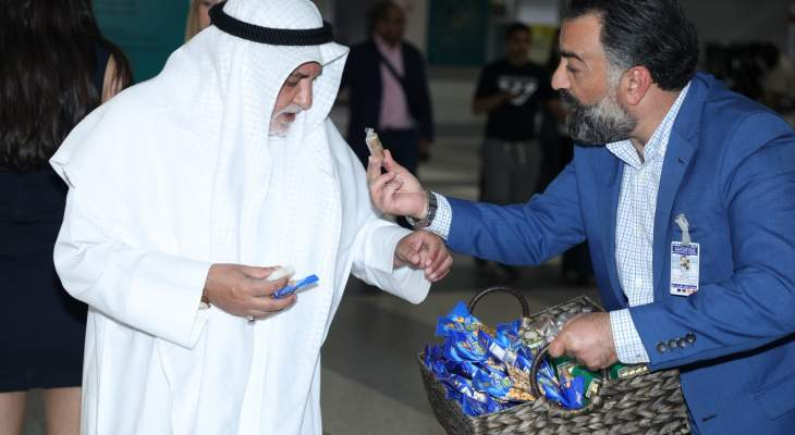 السوق الحرة استقبلت السياح بتوزيع الحلويات والسكاكر والمكسرات