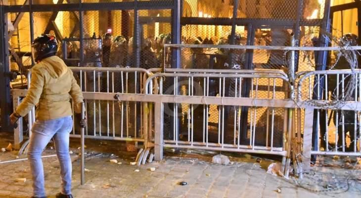 مجموعة من المتظاهرين تحاول منع القوى الأمنية من وضع عوائق إسمنتية في وسط بيروت