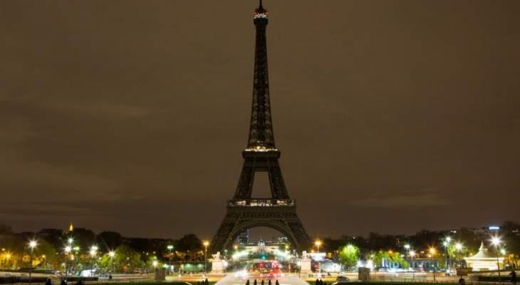 رويترز: إخلاء منطقة برج إيفل بعد العثور على حقيبة مليئة بالذخيرة