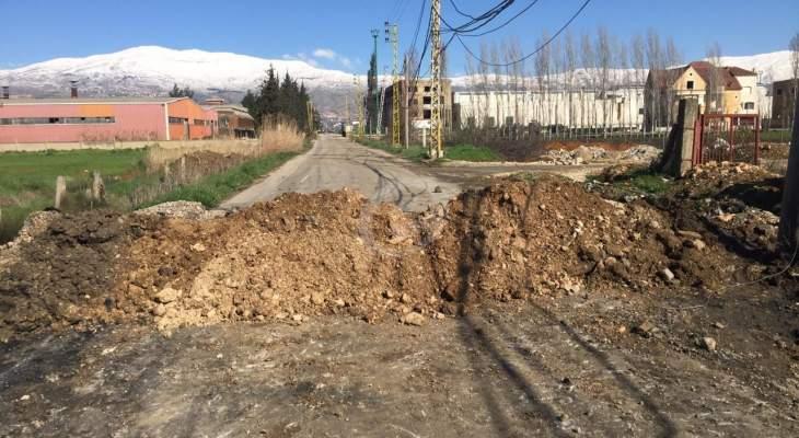 النشرة: إقفال الطرق الفرعية بالبقاع الغربي بالسواتر الترابية وعزل القرى ببعلبك الهرمل