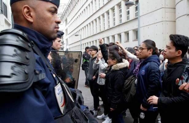 متظاهرون يحاولون اقتحام مسرح في فرنسا أثناء تواجد ماكرون بداخله