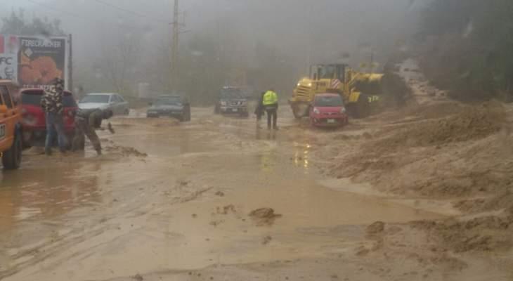 الأمطار تسببت بانجراف التربة في الشبانية وقطعت الطريق