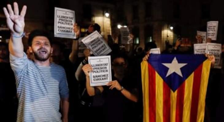 اشتباكات في برشلونة بين الشرطة ومتظاهرين بذكرى استفتاء إنفصال إقليم كتالونيا