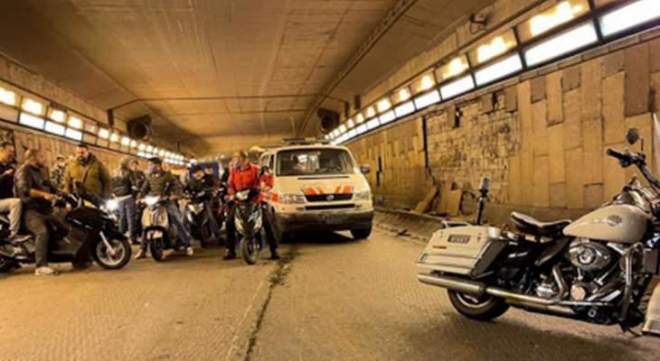 احتراق سيارة داخل النفق المؤدي إلى أوتيل فينيسيا في بيروت بعد تعرضها لحادث