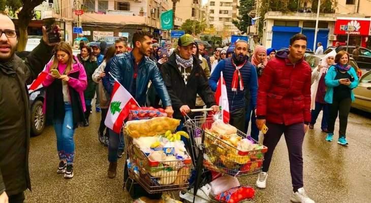 النشرة: ناشطون في صيدا يوزعون حصصا غذائية من الطعام على العائلات