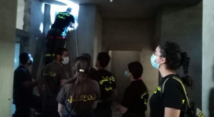 الدفاع المدني: إنقاذ عامل تعرض للإغماء داخل بئر لتخزين المياه في بزحل