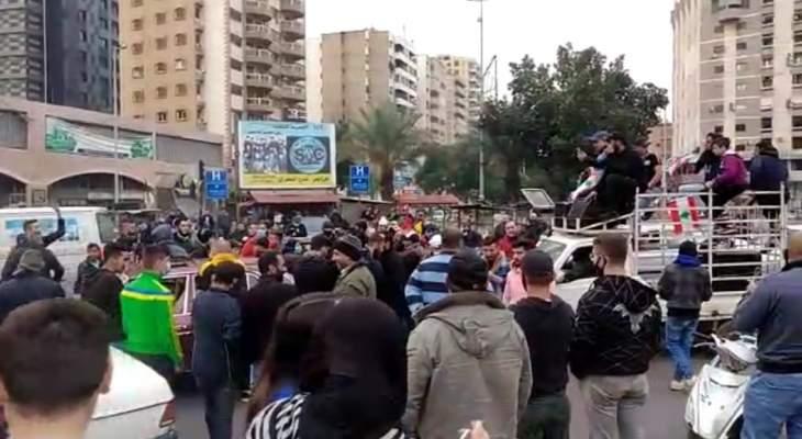 محتجون قطعوا السير عند ساحة عبد الحميد كرامي وآخرون رشقوا مبنى سراي طرابلس بالحجارة