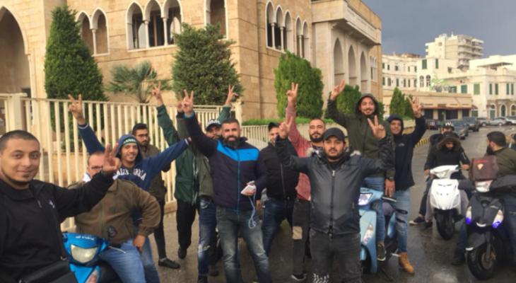 محتجون طلبوا من موظفي بلدية الميناء ترك عملهم