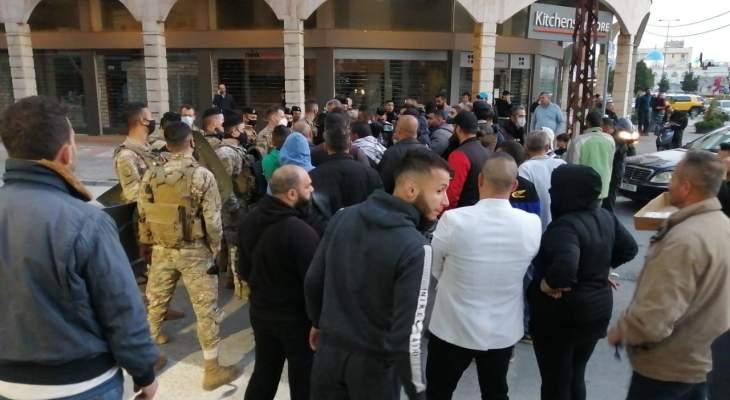 مسيرة راجلة جابت شوارع طرابلس تخللتها وقفات احتجاجية أمام منازل عدد من السياسيين
