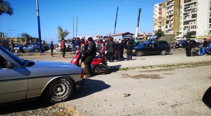 محتجون قطعوا طريق البداوي طرابلس رفضا لتمديد قرار الاقفال العام