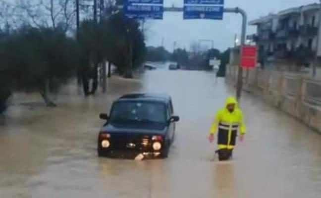 إنقاذ مواطنين احتجزوا داخل سياراتهم على طريق بشمزين- كفرحزير بسبب تبرك الأمطار والسيول