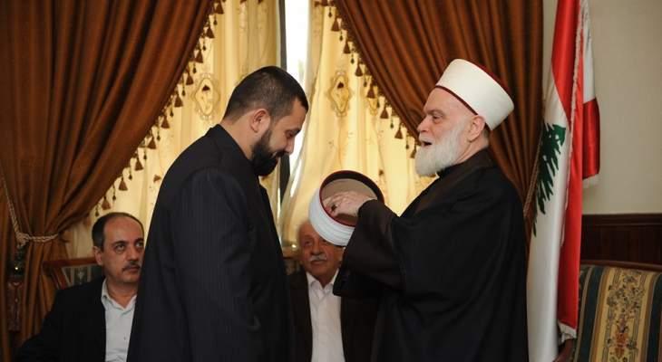 الشيخ بين الالتزام الديني ومواجهة السياسيين